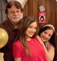 मदालसा शर्मा अपने माता पिता के साथ