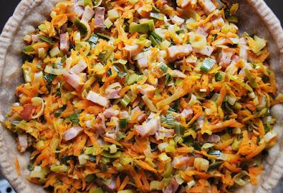 Quiche aux carottes, poireaux et lard fumé