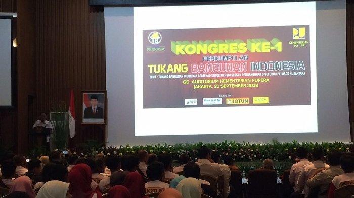 """""""Peran tukang sebagai bagian dari tenaga kerja konstruksi dalam pembangunan infrastruktur di Indonesia sangat penting. Tukang di lapangan juga menentukan kualitas bangunan. Sertipikat itu adalah standarisasi kompetensi tenaga kerja, baik itu tukang ahli, madya maupun terampil,"""" katanya"""