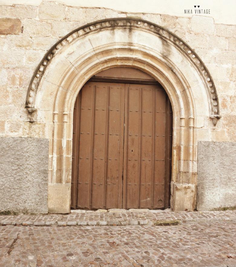 En lugares especiales también nos fijamos en las puertas y nos adentramos mas allá de ellas, las vemos como un símbolo de muchos significados