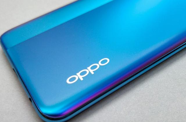 هاتف Oppo A74 قيد العمل ، وحصل على شهادات متعددة