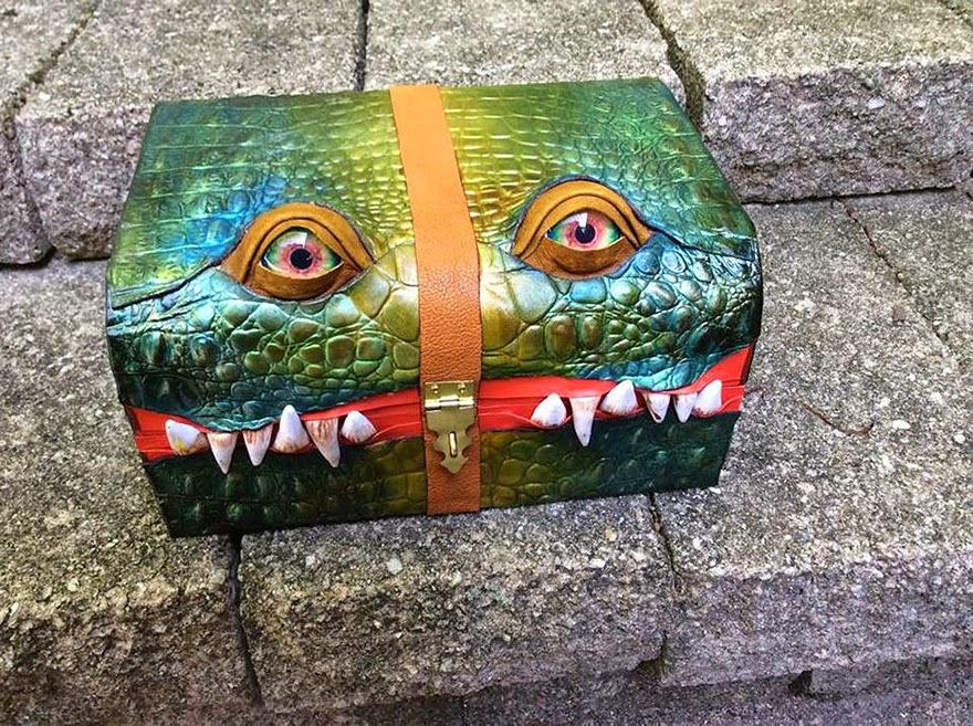 maleta de piel diseñada con forma de dragón