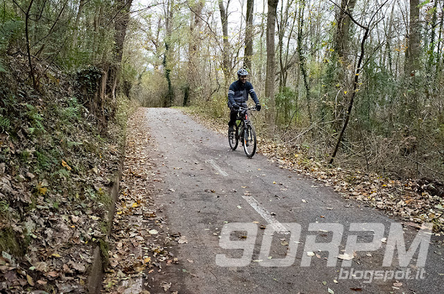 La pista ciclabile alterna fondi asfaltati ad altri in terra: tutti facilmente visibili e percorribili.