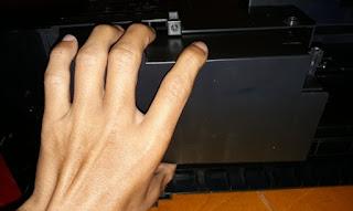 membuka tabung tinta printer.jpg