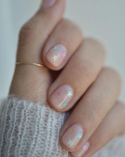 uñas con estrellas transparentes