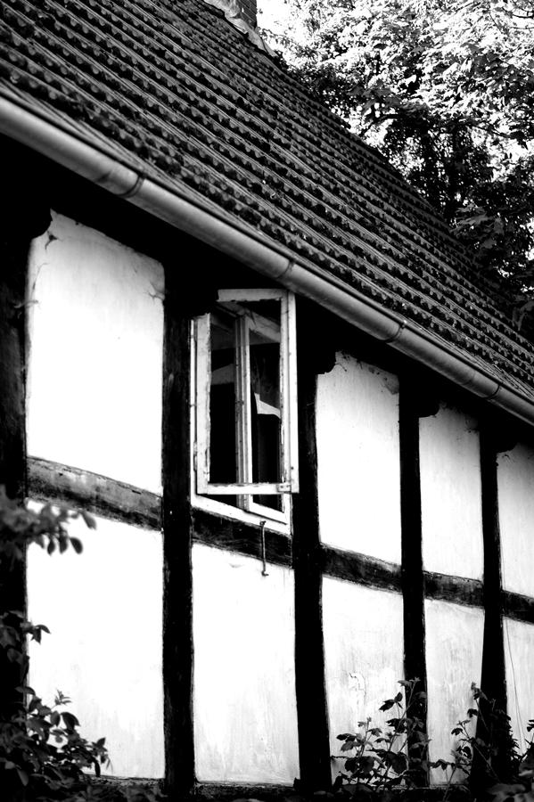 Blog + Fotografie by it's me! | fim.works | SchwarzWeissBlick No 17 | verlassenes Gehöft | Lost Place | offenes Fenster im Fachwerkhaus