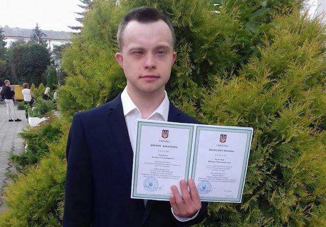 «Повод для гордости» — В Украине парень с синдромом Дауна получил диплом бакалавра и работу