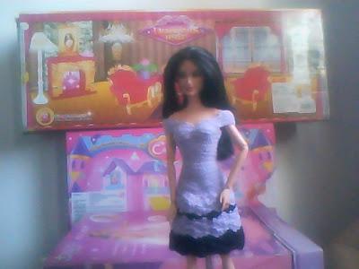 Barbie com Casaco de crochê preto, customizado com correntes e pedrarias