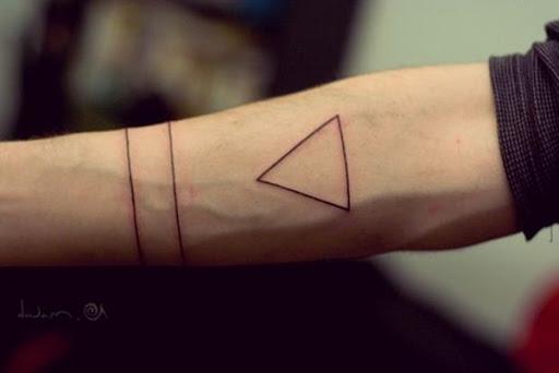 Dois, finas linhas pretas funcionam como uma braçadeira enquanto um vazio triângulo adorna o portador do antebraço neste tatuagem.