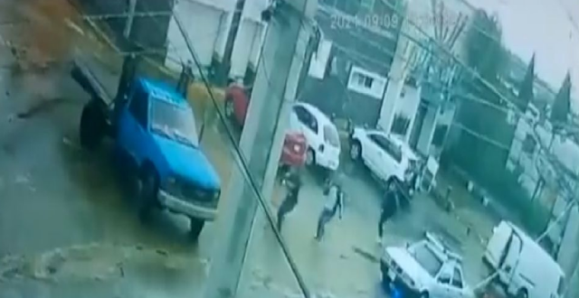 Video; Sicarios bien pen..santes quisieron madrugar y levantar a un conductor; pero este les salió mas vivo y los dejo parados como rocas