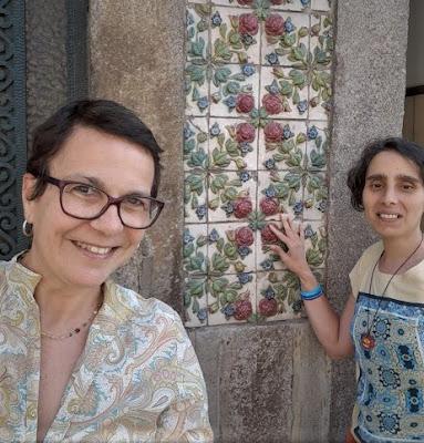 Rita Branco e Ninoska Trillo junto à uma parede de azulejos