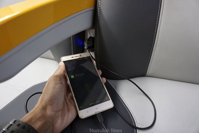 Fasilitas pengisian baterai gawai di kereta api