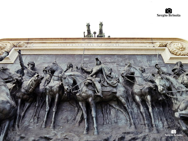 Perspectiva inferior do Painel de bronze Independência ou Morte - Ipiranga - São Paulo