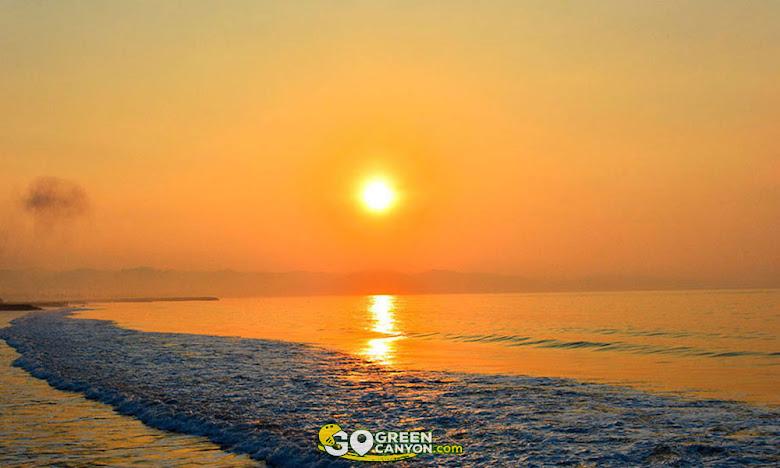 menikmati pesona pagi di pantai timur pangandaran