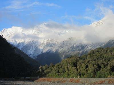Vistas de las montañas desde el pueblo Franz Josef Glacier, Nueva Zelanda