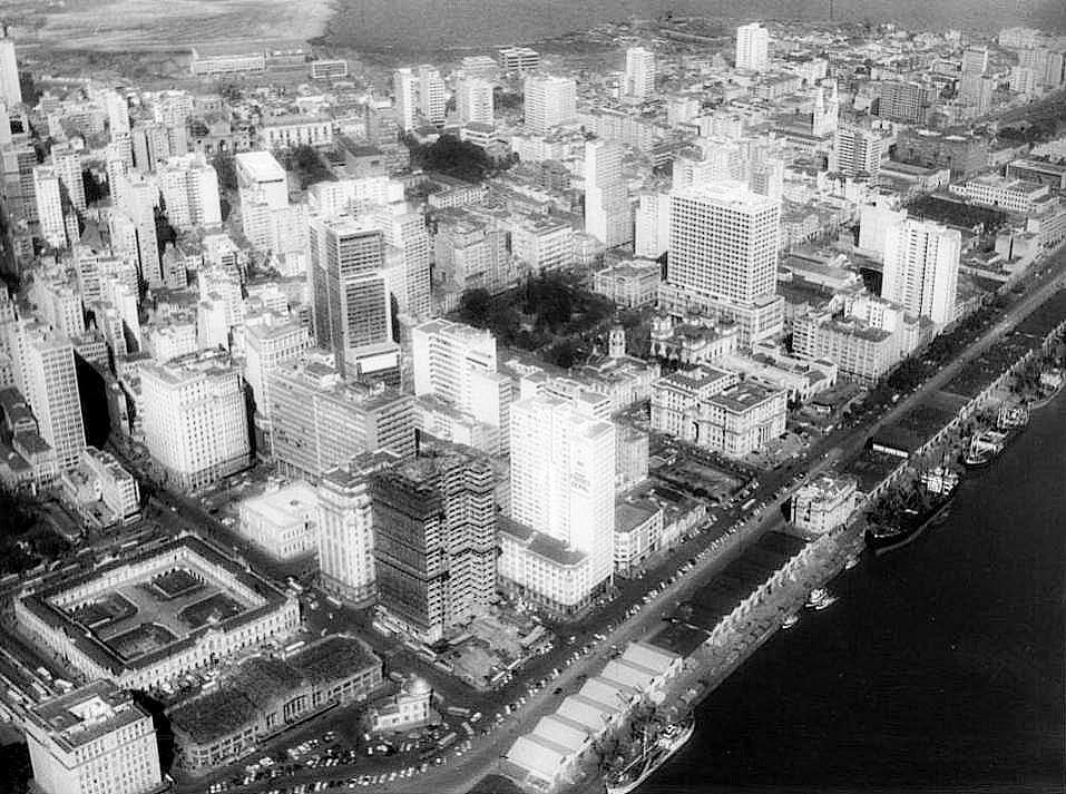 Mercado Público, à esquerda. Cais do Porto e Lago Guaíba, à direita. Porto Alegre, 1966.