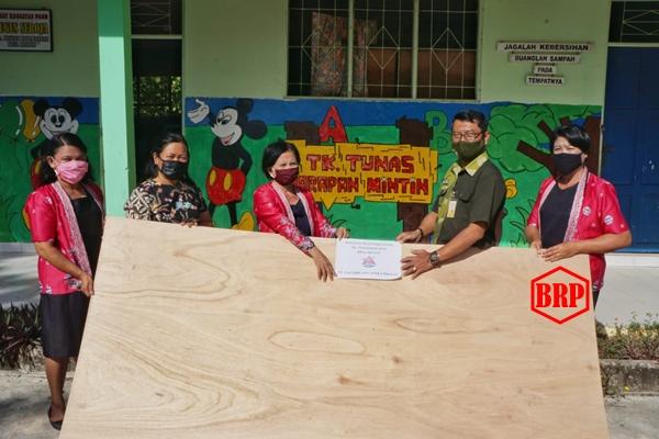 PT Nagabhuana Aneka Piranti Pulpis Serahkan Bantuan Plywood ke TK Tunas Harapan