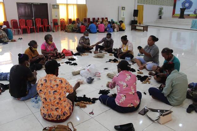 Ruth Naomi Naap Rumkabu Ikutkan 50 Orang Untuk Pelatihan Pembuatan Souvenir Boneka