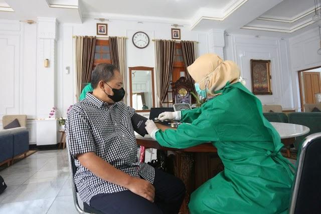 Masifkan Vaksinasi Covid-19, Wali Kota Bandung Divaksin Covid-19 Dosis Kedua