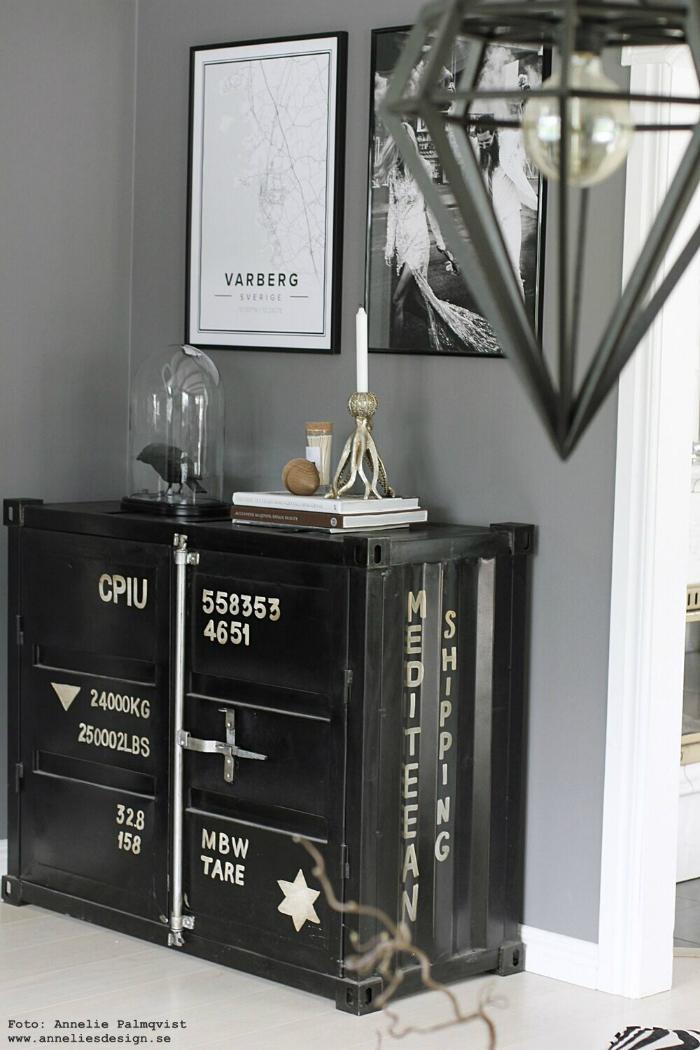 annelies design, vardagsrum, vardagsrummet, grått, grå, lampa, lampor, tavlor, tavla, bläckfisk, ljusstake