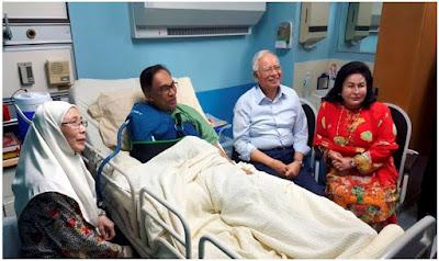 Gambar lama ketika Najib mengunjungi Anwar di hospital