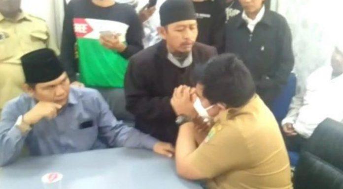 Massa Pembela Habib Rizieq Ludahi Wajah Kadis Kominfo Karawang, Gak Terima HRS Dihina