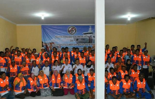 Bakamla RI Bagikan Life Jacket di Bangka Tengah