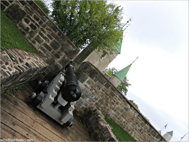 Cañón en la Zona Amurallada de la Ciudad de Quebec en Canadá