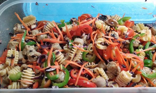 Pasta fredda (1): Radiatori con salsiccia, peperoni, carote, pomodori e cavolo rosso