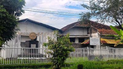 Tugu Koperasi Indonesia terletak di jalan raya nasional di Kota Tasikmalaya.