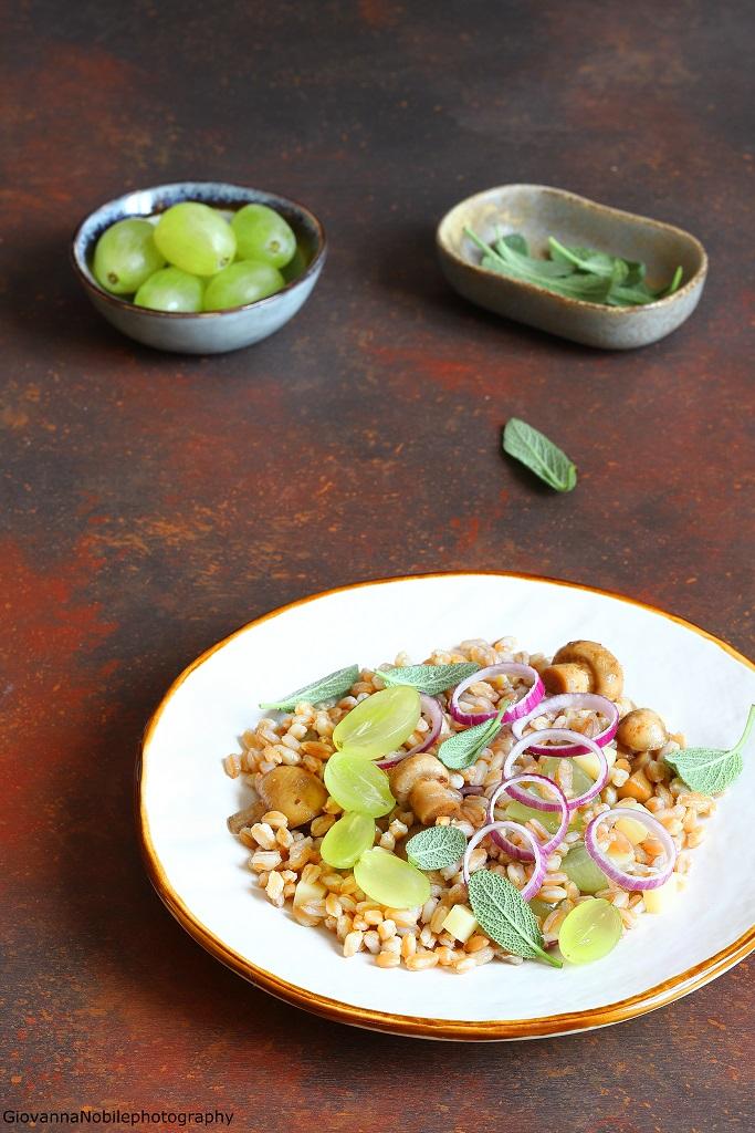 Farro tiepido con funghi, uva, emmentaler e cipolle