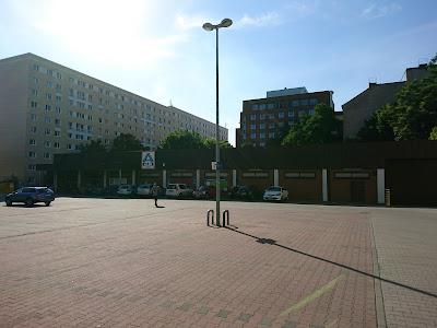 Blick gegen die Sonne auf den Aldi in der Weinstraße Berlin-Friedrichshain. Der Parkplatz ist leer.