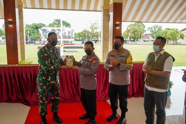 Kapolri Kunjungi Lombok, Danrem 162/WB Serahkan Buku Mempolong Merenten Rahab Rekon Gempa Lombok
