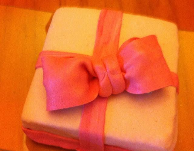 tarta-fondant, paquete-de-regalo, lazo-fondant