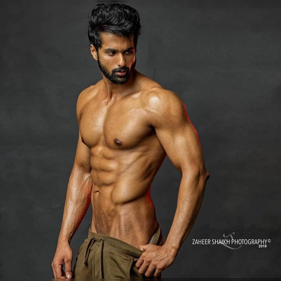 Shirtless Bollywood Men: Droppin trou: Hot Indian male