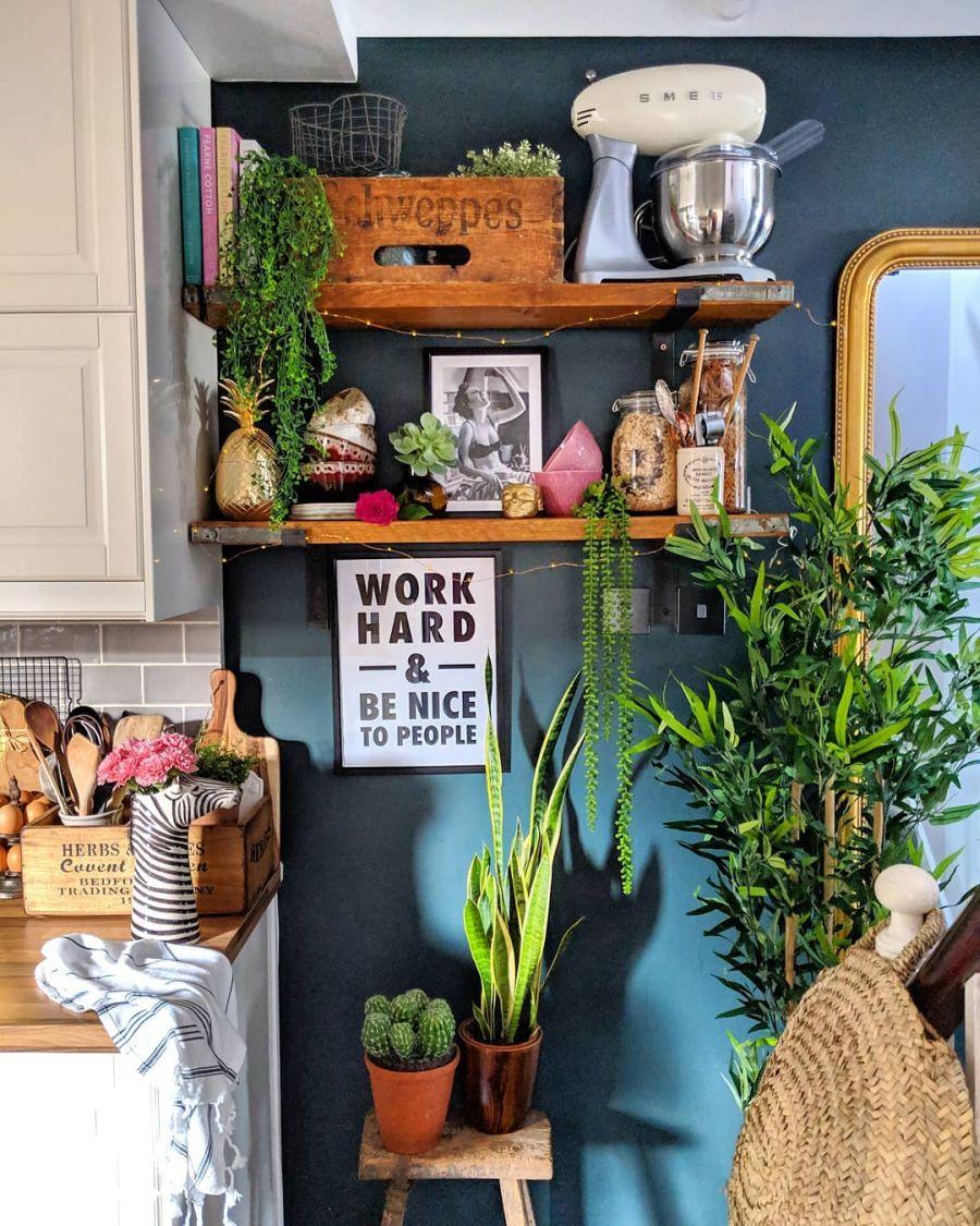 Przytulne wnętrze z intensywnymi akcentami, wystrój wnętrz, wnętrza, urządzanie domu, dekoracje wnętrz, aranżacja wnętrz, inspiracje wnętrz,interior design , dom i wnętrze, aranżacja mieszkania, modne wnętrza, kuchnia, mała kuchnia, kitchen, small kitchen, ciemna ściana, meble kuchenne, IKEA, białe szafki, drewniany blat,
