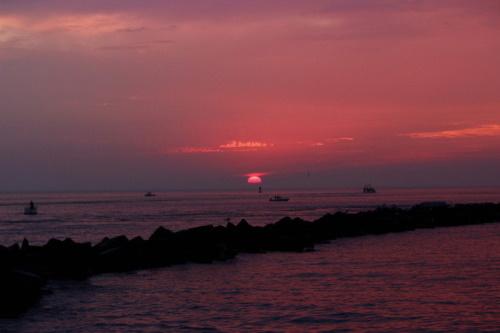 Nascer do sol sobre o mar. #PraCegoVer
