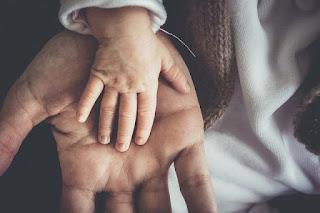 Salah satu cara membentuk karakter anak ialah menyentuhnya setiap hari