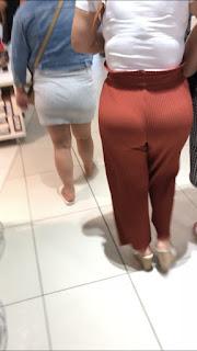 Guapa mujer ropa entallada nalgona