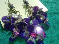 aretes artesanales con argollas de bronce y lentejuelas
