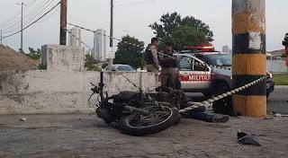 Jovem morre após bater moto em poste na Paraíba