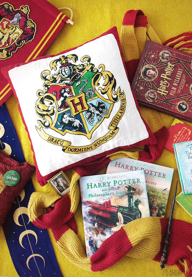 aliciasivert alicia sivert sivertsson harry potter fan art fanart hogwarts gryffindor kudde pillow cushion hand embroidery cross stitch korsstygn broderi korsstygnsbroderi broderad kudde logga crest sköld vapen vapensköld gryffindorhalsduk scarf trollstav wand böcker books diy skapa skapande gör det själv do it yourself knitted knitting sticka stickning