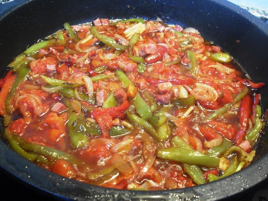 Sofrito de pimientos, cebolla, tomate y jamón para la salsa chilindrón