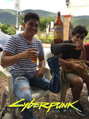 Cyberpunkt lustig - Mann mit Beinprotese trinkt Bier