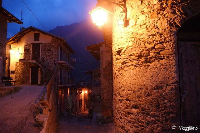 Il caratteristico borgo di Vinadio alle luci della sera