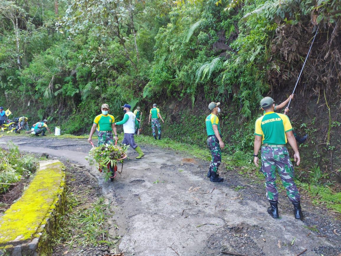 Sambut HUT Kostrad, Yonarmed 11 Kostrad Bersihkan Objek Wisata Gunung Telomoyo