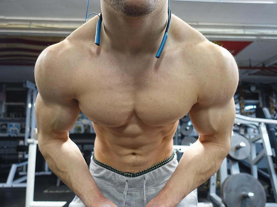sexy-gym-dudes-big-muscle-pecs-guys-broad-20-inch-shoulders-young-hunk