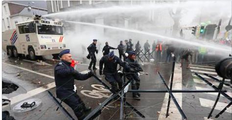 Heurts entre policiers et des militaires qui manifestent à Bruxelles ( photos et vidéos )
