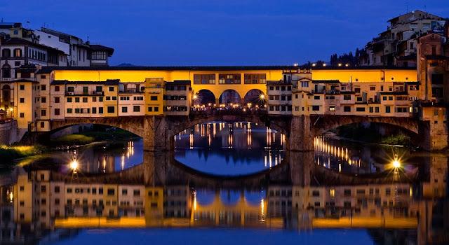 Ponte Vecchio iluminada de noite