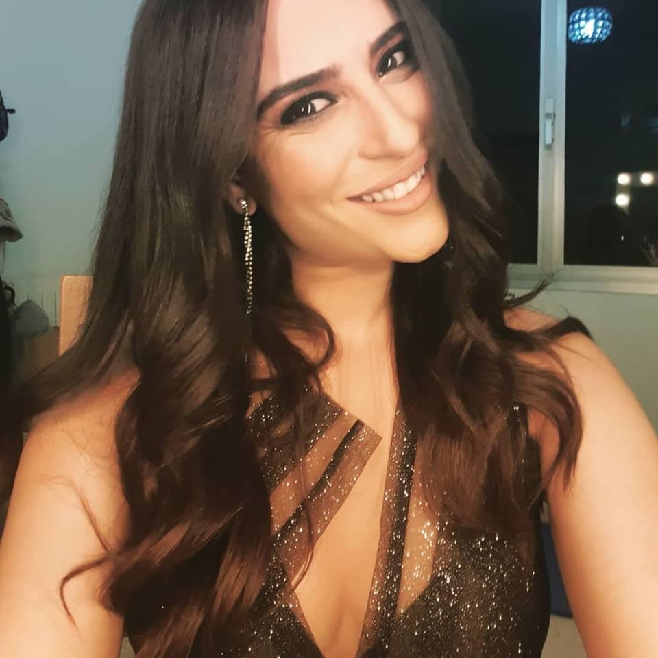 """فستان أسماء عثماني """" القصير """" يثير موجة انتقادات واسعة"""